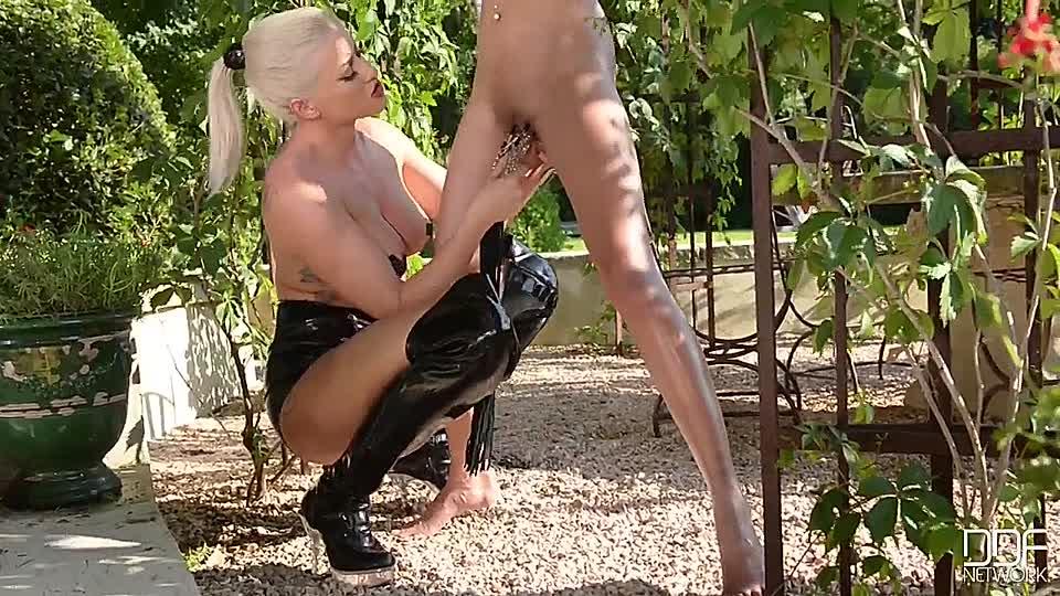 Gefoltert und nackt frauen gefesselt Frauen Nackt