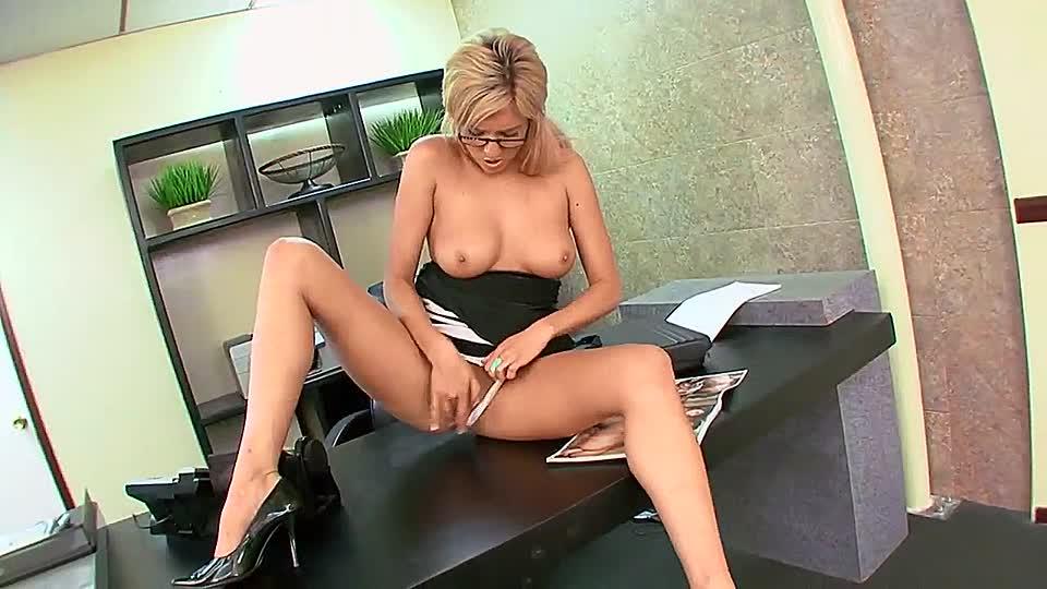 Порно видео секретарша дрочит пизду, девки трахаются в переднике